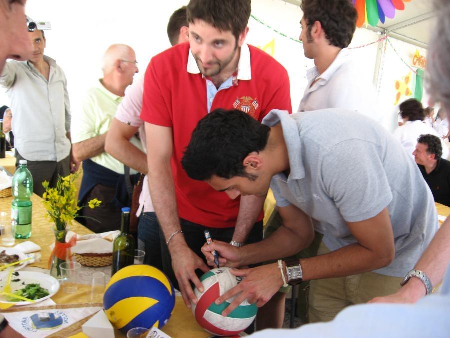 I nostri campioni del Cortona Volley donano al CAM due palloni autografati