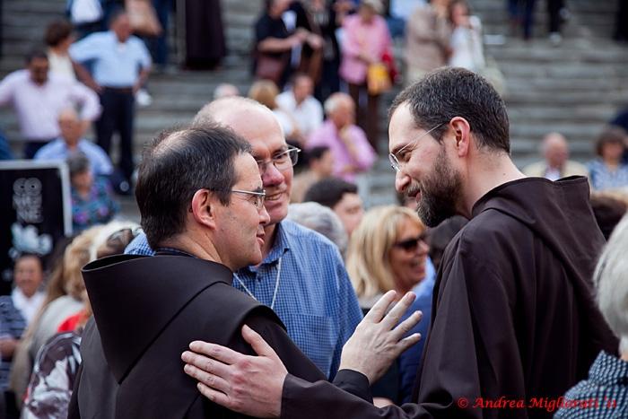 Cortona: grande folla per la rievocazione francescana con Padre Cantalamessa. Le foto