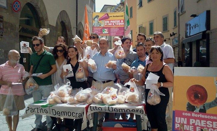 Il PD distribuisce pane e acqua ai cittadini: