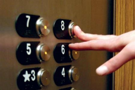 Intrappolati nell'ascensore: e se accadeva a un anziano senza telefono?