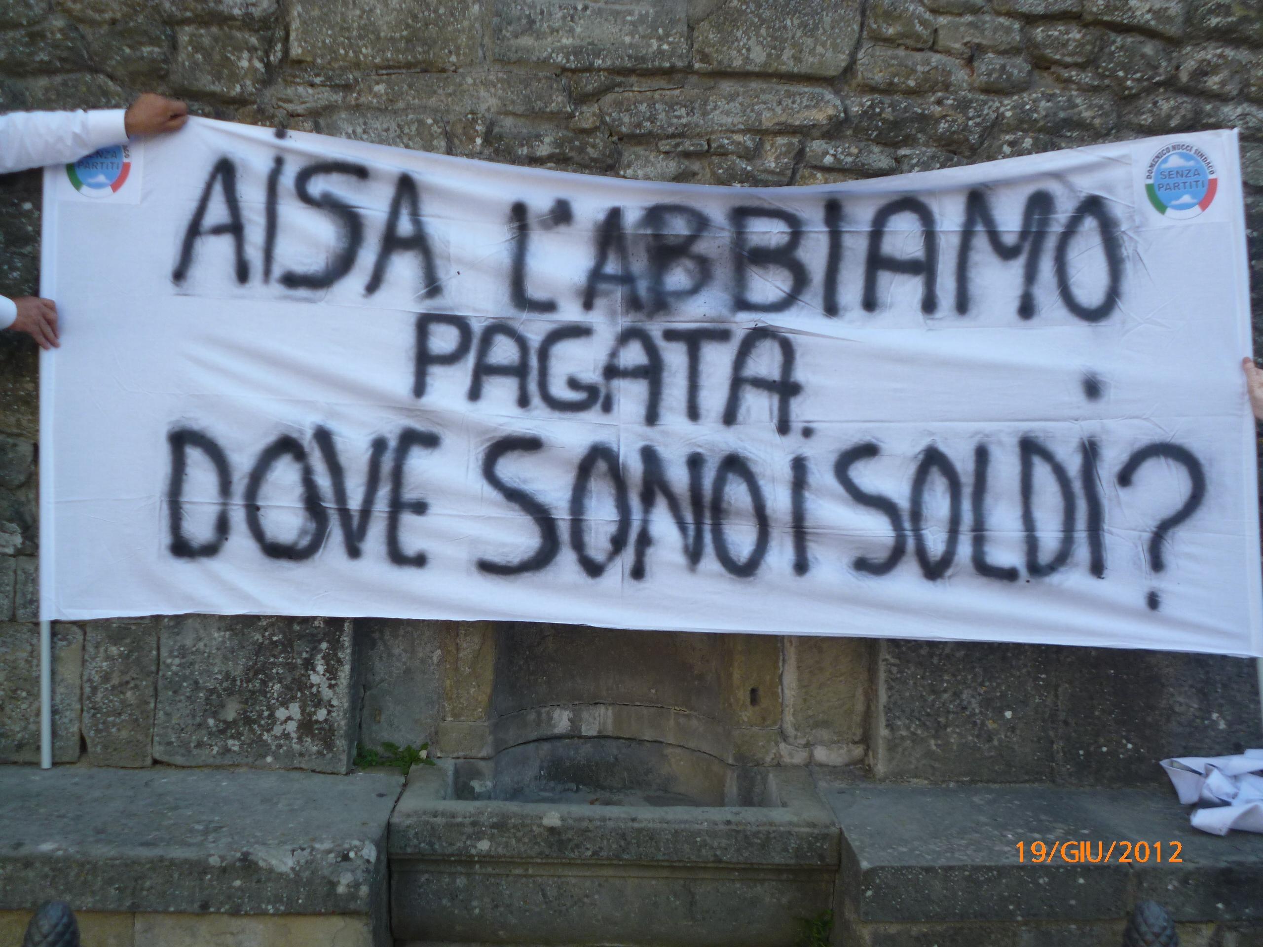 Senza Partiti manifesta fuori dal Palazzo Comunale di Castiglion Fiorentino