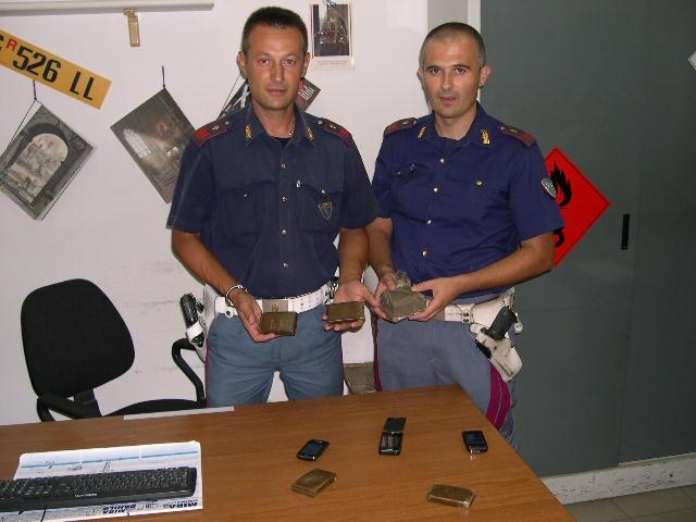 Droga nelle mutande, arrestati due poliziani