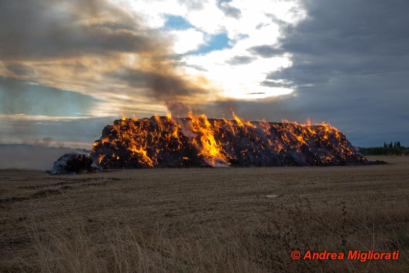 Fulmine incendia presse di paglia a Castroncello