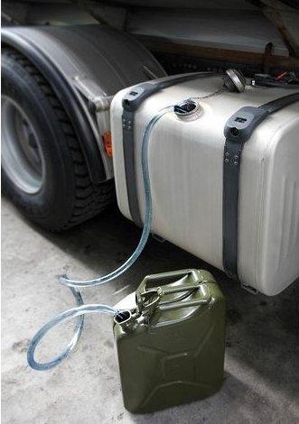 Ruba gasolio da un autocarro, denunciata
