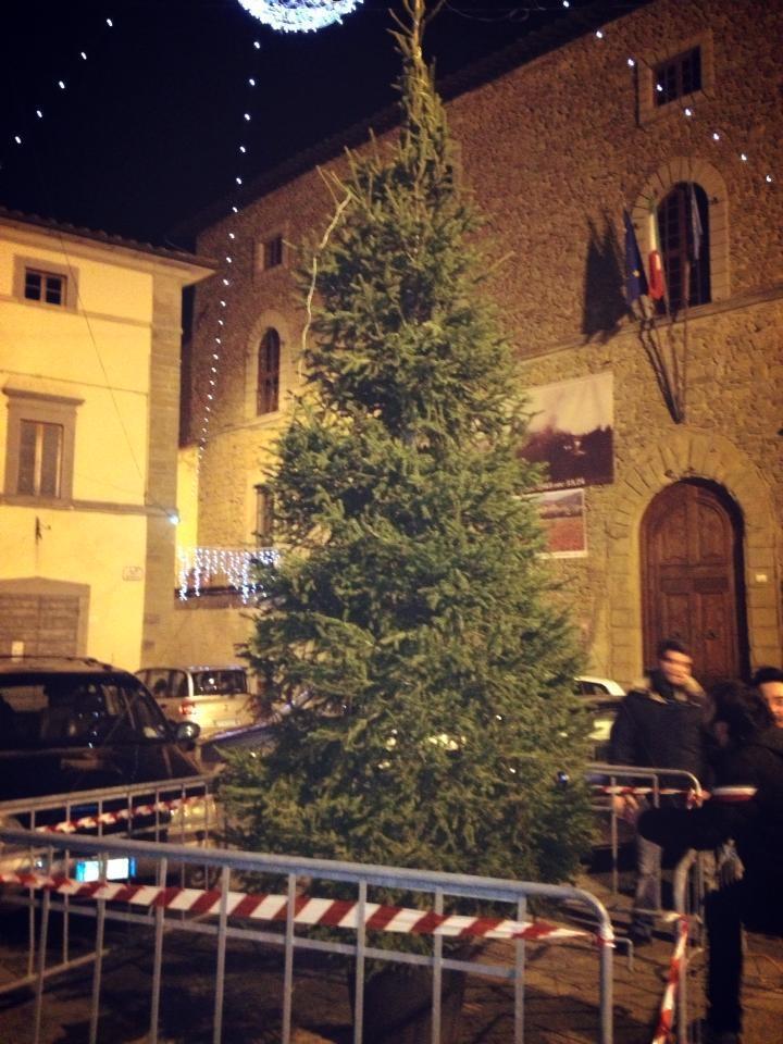 Castiglioni, anche l'albero di Natale è dissestato