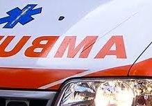 Pulmino si scontra con un'auto: 6 feriti