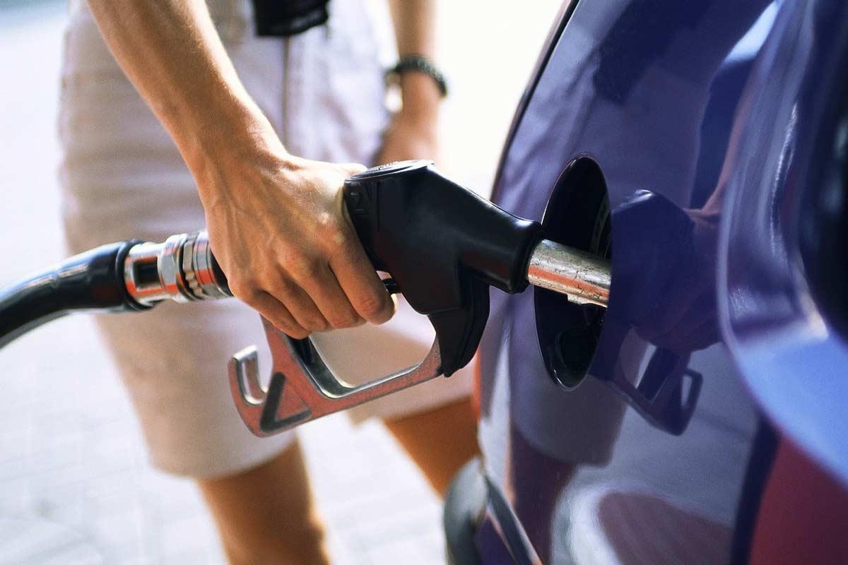 Terontola: non paga la benzina e mostra un distintivo falso