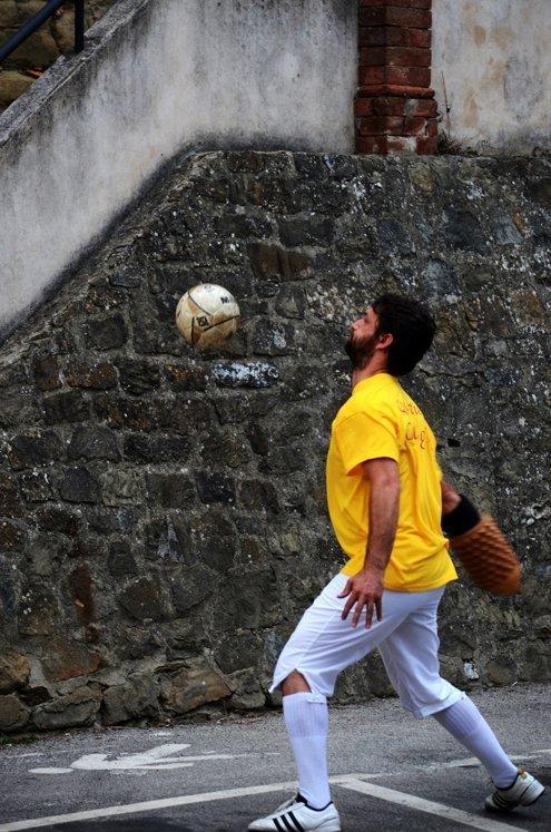 Monte San Savino: sfida fra i quartieri al Pallone Grosso