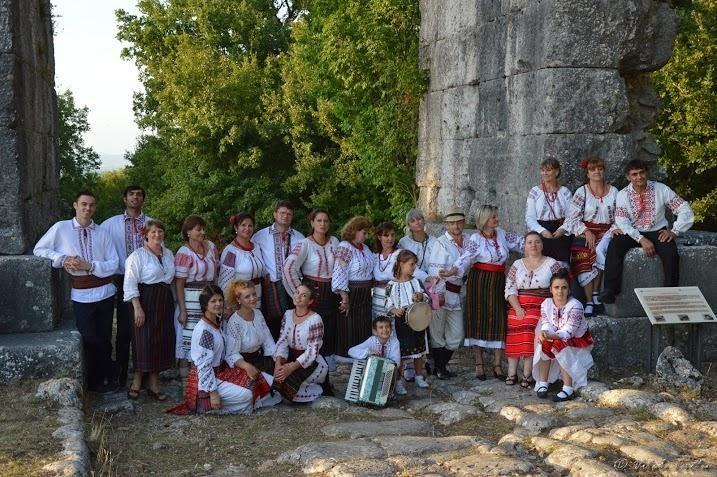 Il gruppo Artaras e una delegazione dell'ambasciata Rumena alla Maggiolata