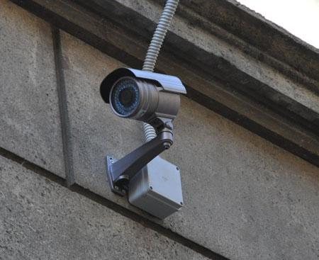 Scassinati i parcometri di Castiglion Fiorentino, le telecamere di sicurezza hanno ripreso i ladri