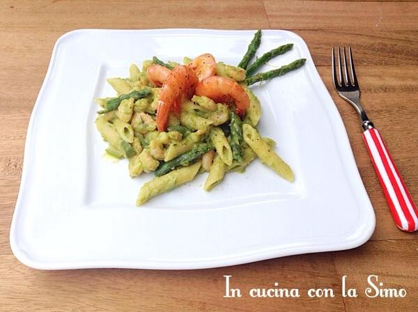 Penne con crema di asparagi e gamberetti