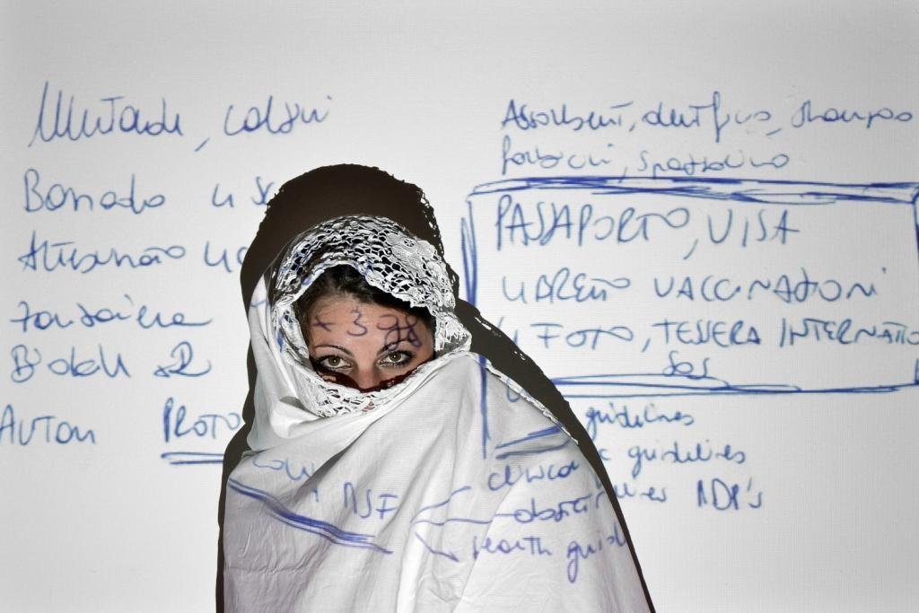 A Cortona l'altro lato della femminilità nelle foto di Elisa Modesti
