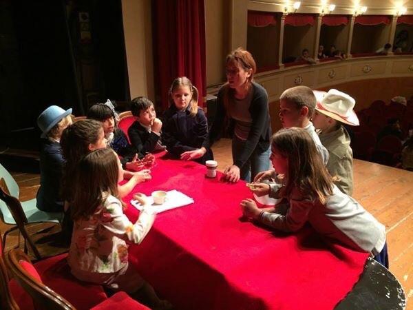 Piccoli attori sul palco del Teatro Verdi di Monte San Savino