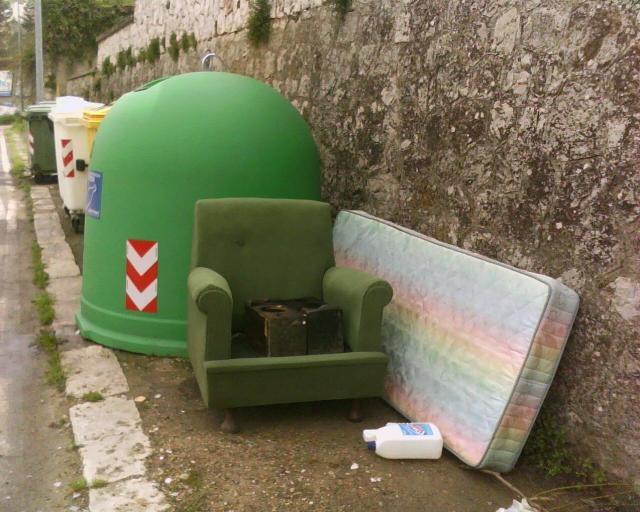 Ma l'abbandono dei rifiuti è reato?