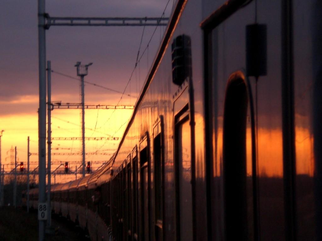 In treno verso Roma... fra stazioni sporche, rifiuti abbandonati ed edifici cadenti