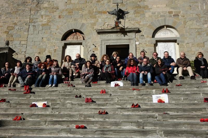 'Scarpe Rosse', la scalinata del Palazzo Comunale di Cortona si colora contro la violenza sulle donne