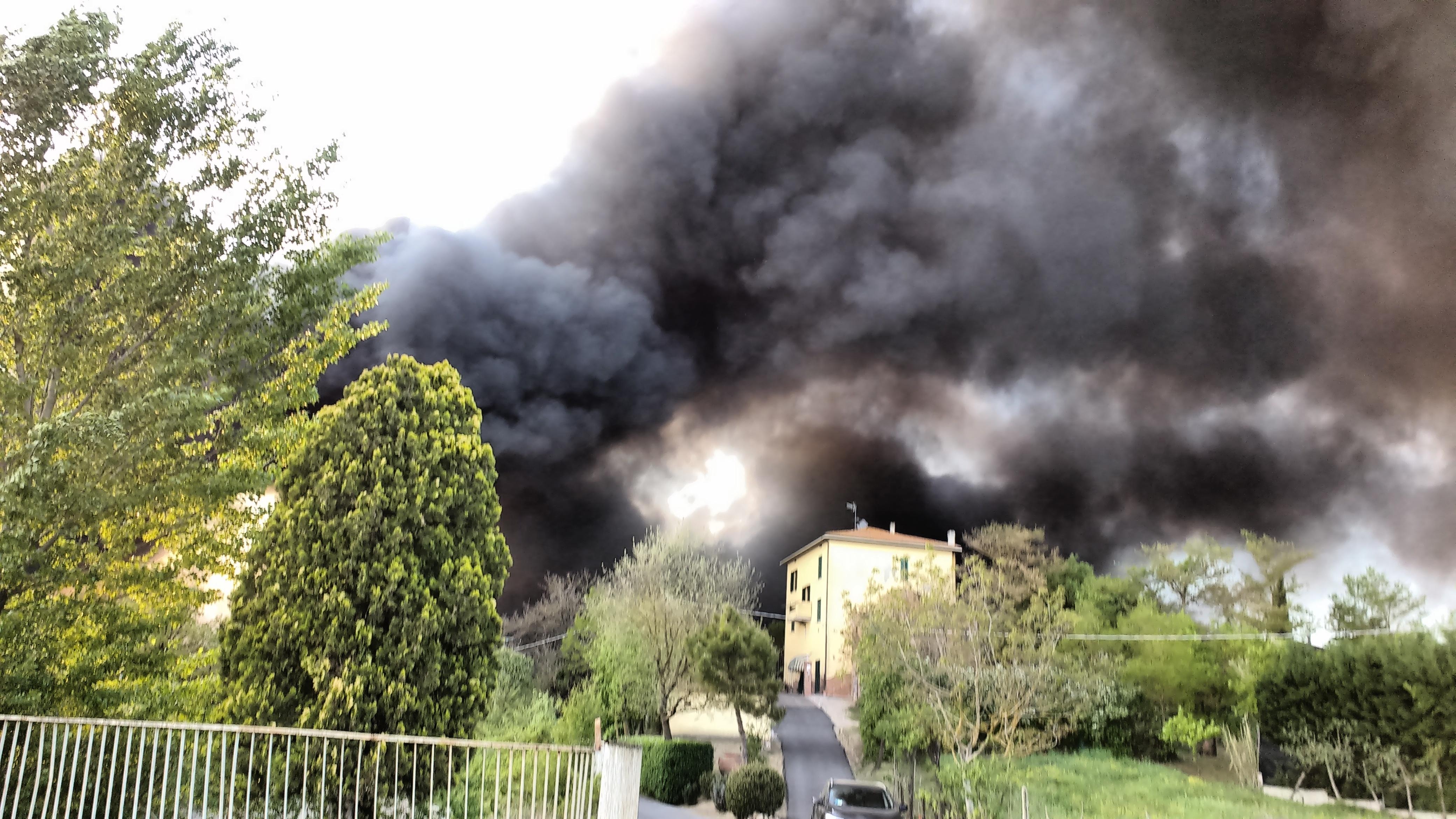 Fiamme alla ex Tab, grosso incendio a Foiano