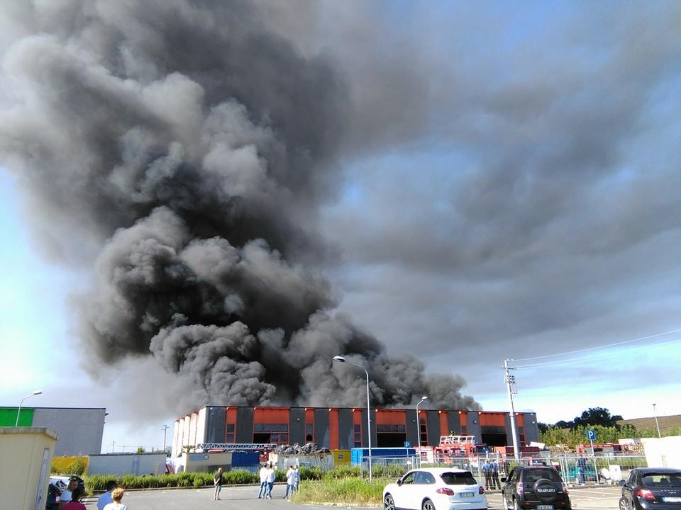 Azienda a fuoco fra Foiano e Cesa, densa scia di fumo sulla Valdichiana