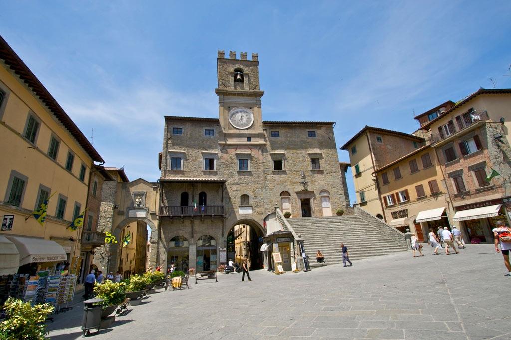 A Cortona bocciata la proposta del crocifisso nella sala consiliare, la Lega protesta