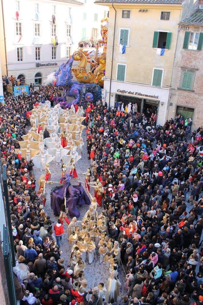 Carnevale di Foiano, domenica seconda sfilata, si giudicano le 'mascherate'