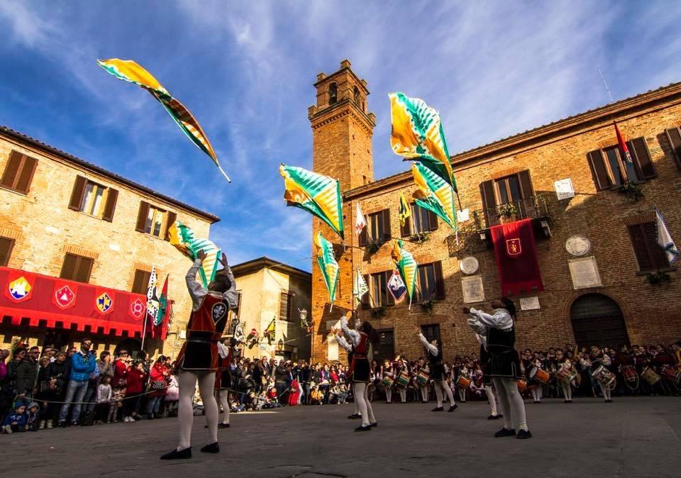 Il gruppo storico del terziere di Porta Fiorentina si esibisce al Valdichiana Outlet Village