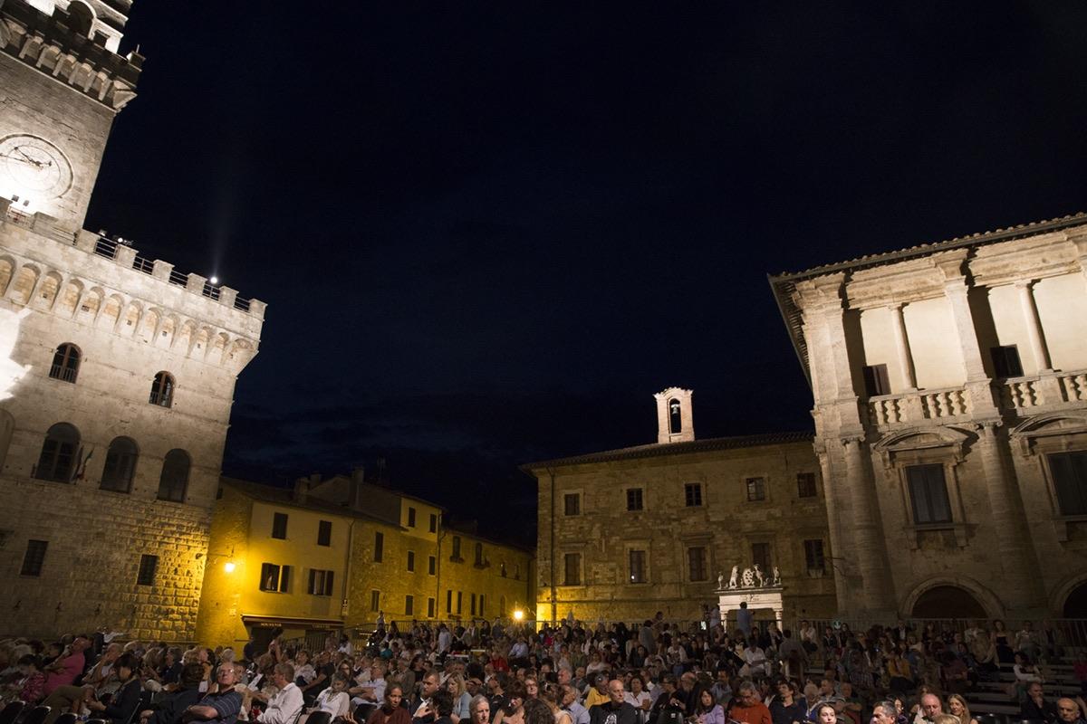 Ritrovate due bombe a mano in centro a Montepulciano: indagano i Carabinieri