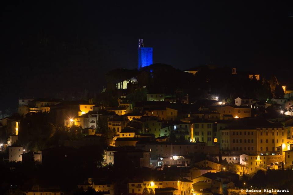 La Torre del Cassero illuminata di blu per la famiglia di Charlie Gard