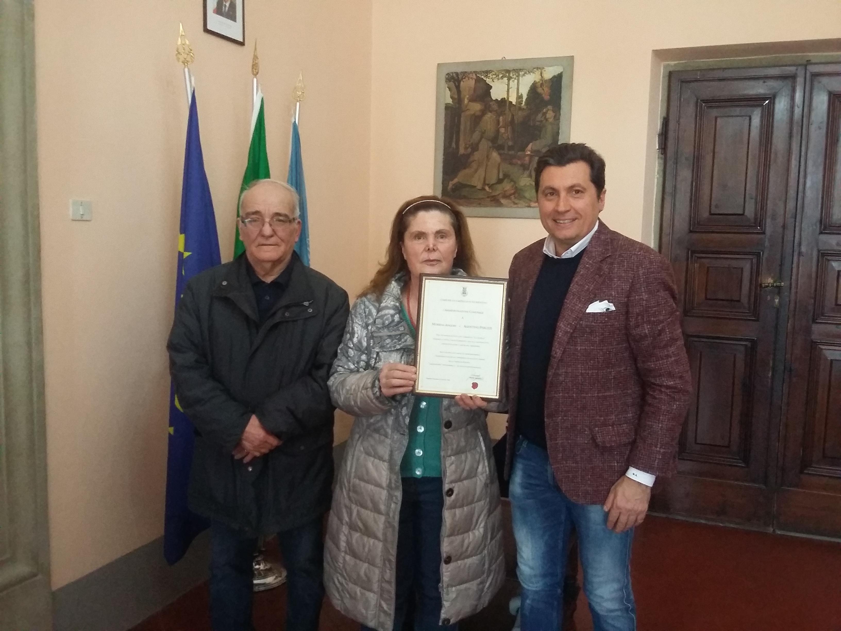 """Targa ricordo ai coniugi Peruzzi per i 45 anni di attività nel tomaificio """"Il Castello"""""""