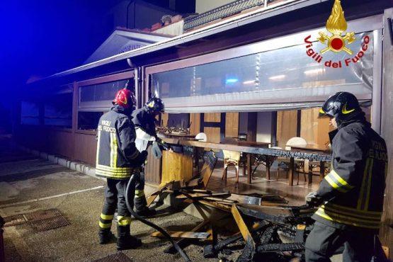 A fuoco la veranda esterna di un ristorante a Badicorte