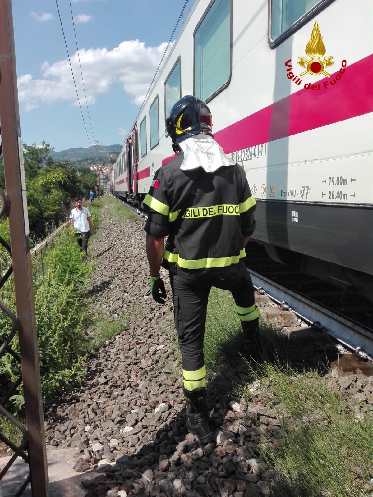 Treno si blocca, due invalidi soccorsi dai Vigili del Fuoco