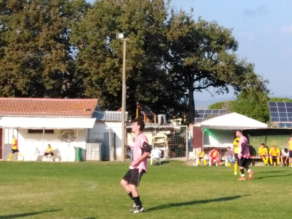 Un match di altri tempi fra seggiole in plastica, abbonati in prima fila e palloni persi fra gli olivi. Questo, e molto altro, è stato Pietraia – Vescovado.