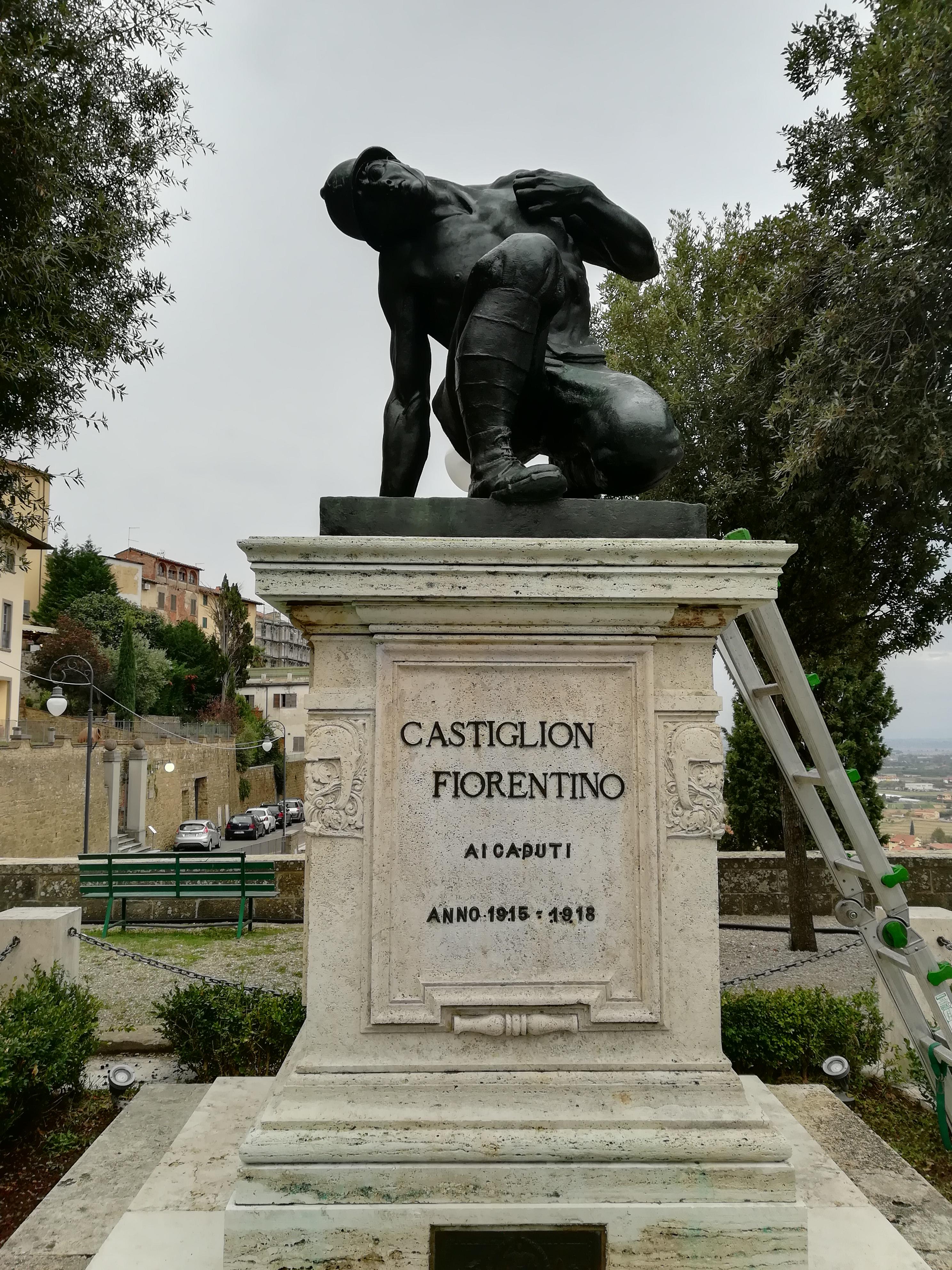 Ripulito il monumento ai Caduti dei giardini pubblici di piazza Matteotti