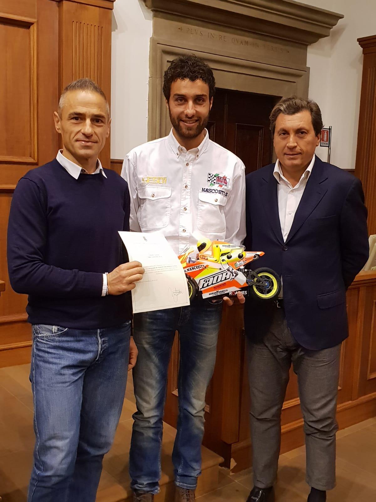Consegnata pergamena a Simone Nascosti, campione mondiale di RC bike categoria Nitrobike