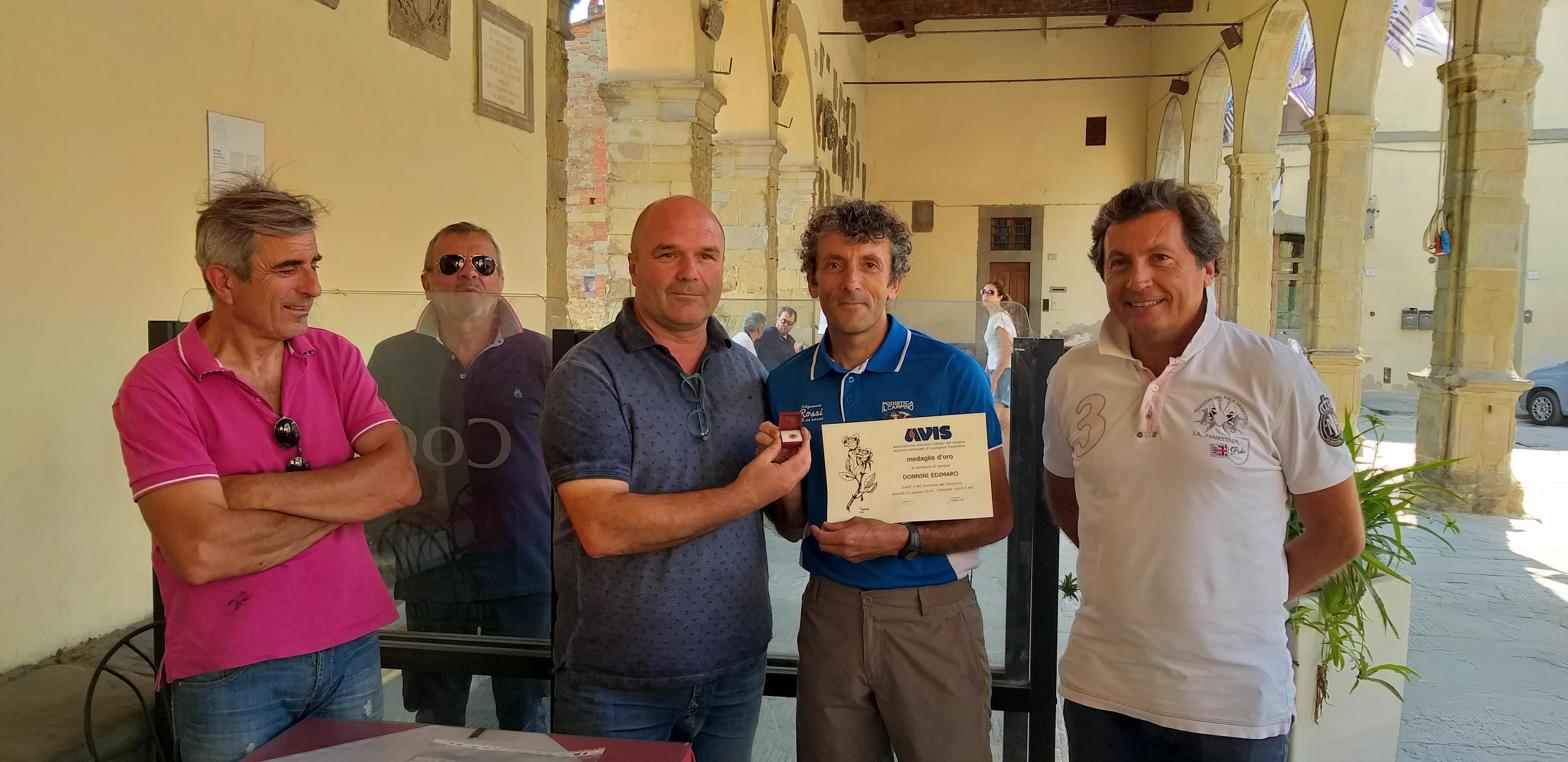Premiato con una medaglia d'oro e una pergamena Edimaro Donnini, sportivo e donatore Avis