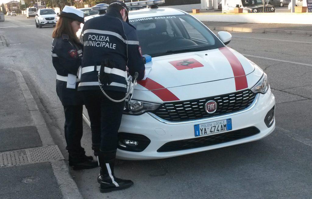 Guida con patente falsa, scoperto dalla Polizia Municipale