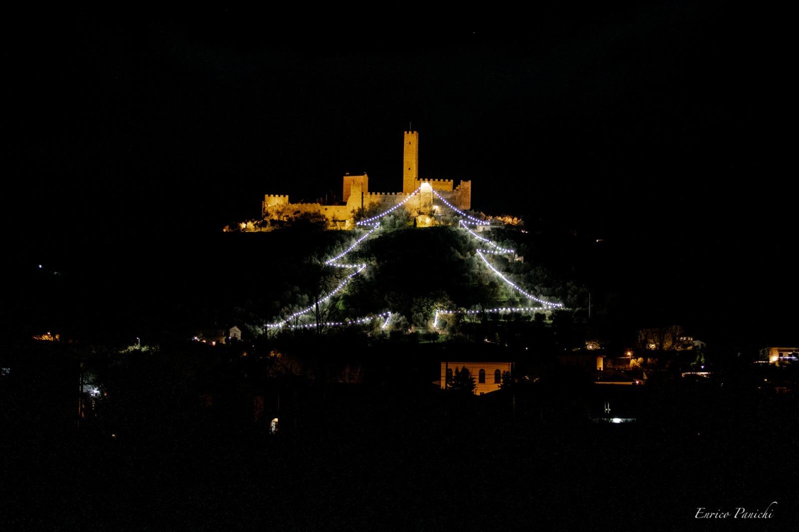A Montecchio Vesponi l'albero di Natale con 450 lampadine a led di ultima generazione