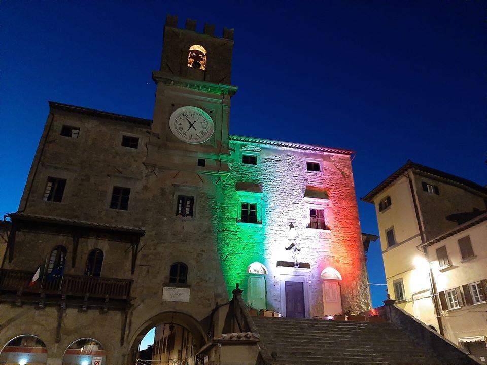 Luci del tricolore sul municipio di Cortona