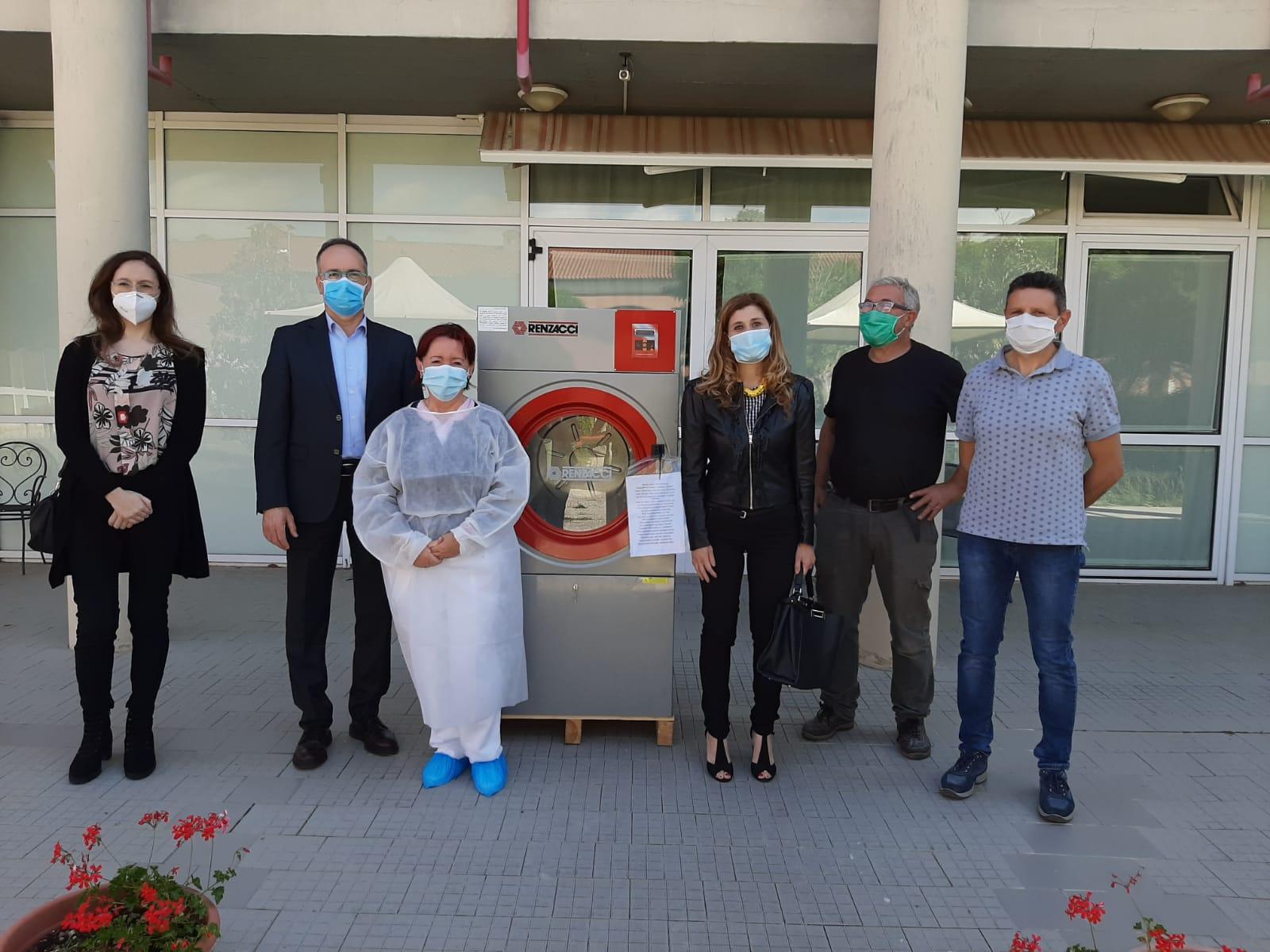 Il circolo del Partito Democratico di Chianacce e la Festa de l'Unità consegnano l'asciugatrice al Centro Residenziale Sernini