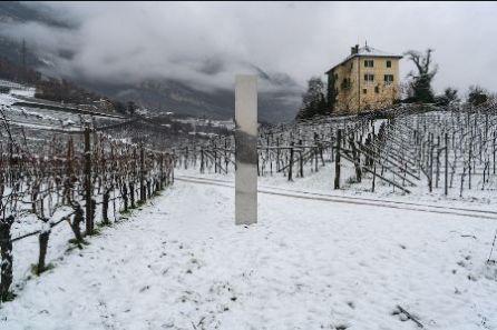 Un Monolite appare tra le vigne altoatesine di Baron Longo