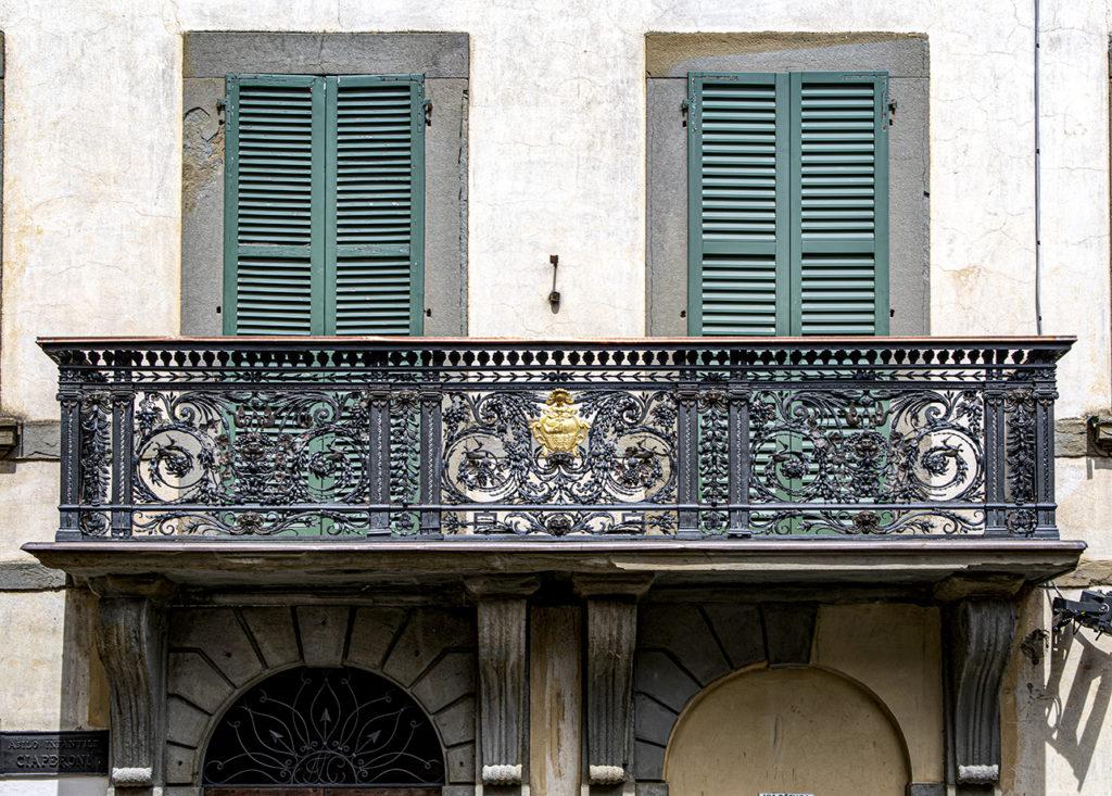 Torna a risplendere la storica ringhiera di Palazzo Ciaperoni