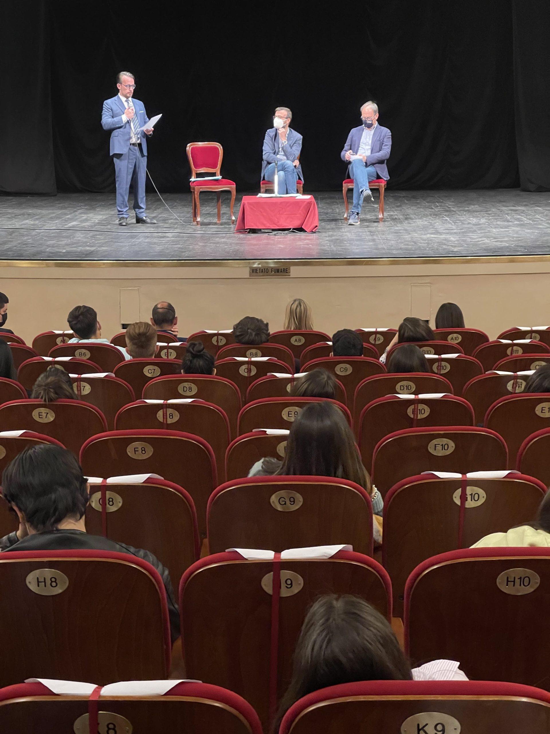 La Costituzione a scuola, la visita del presidente del Consiglio regionale Mazzeo a Cortona